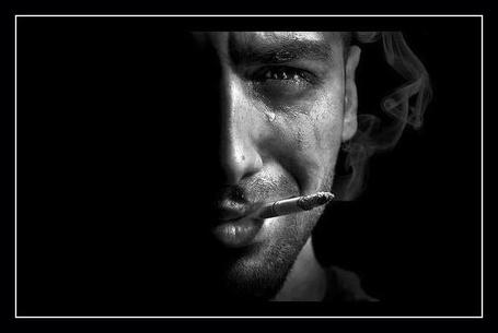 Фото Мужчина с сигаретой и слезой у глаза