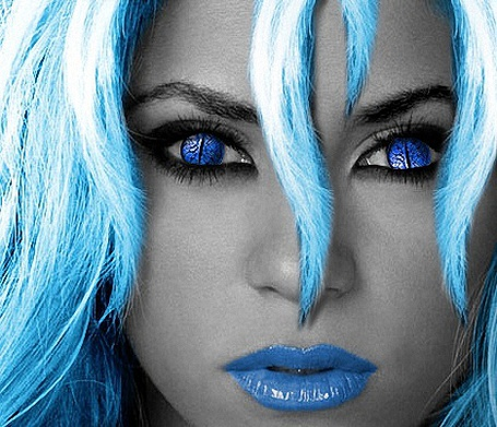 Фото Девушка с голубыми волосами, голубыми глазами и голубыми губами