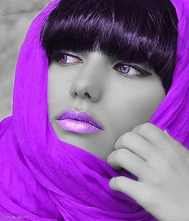 Фото Девушка в сиреневом шарфе на голове, с сиреневыми губами, сиреневыми глазами