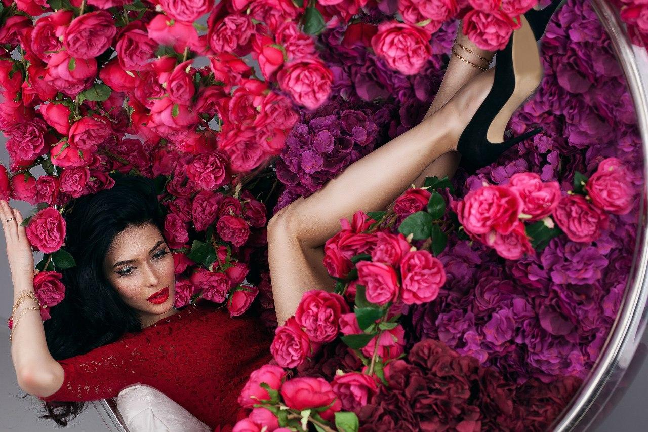Девушка лежит с цветами