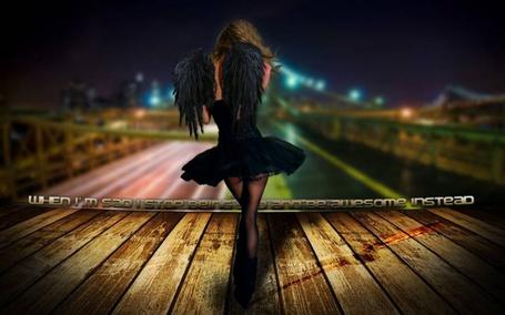 Фото Девушка с черными крыльями идет по мосту ночного города (when im sad i stop being sad and be awesome instead / Когда мне грустно – я смеюсь, Кому нужны мои печали, И пусть меня они достали, Я ими с вами не делюсь.)