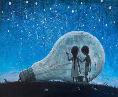 Фото Мальчик и девочка стоят около огромное лампочки, by borda