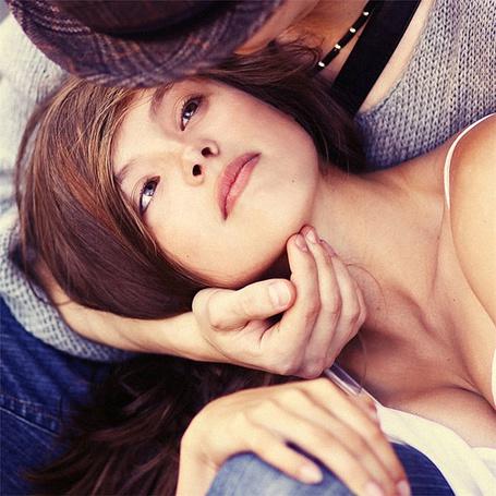 Фото Парень обнимает лежащую у него на коленях девушку