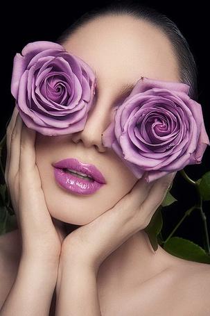 Фото Девушка закрыла оба глаза двумя сиреневыми розами