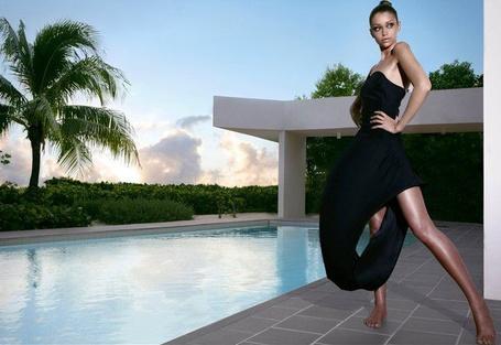 Фото Красивая девушка у бассейна