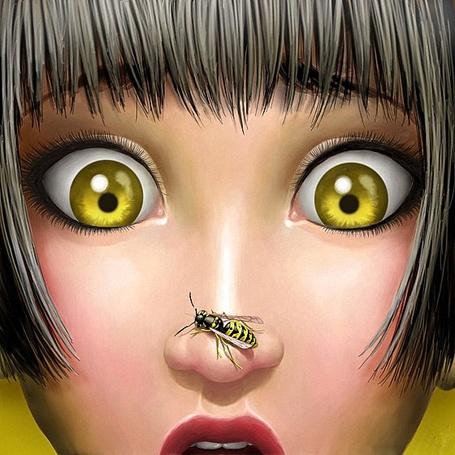 Фото Девушка испуганно смотрит желтыми глазами на свой нос, на который села оса