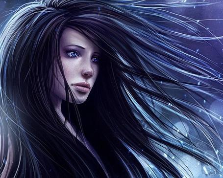 Фото Голубоглазая девушка брюнетка с развевающимися волосами