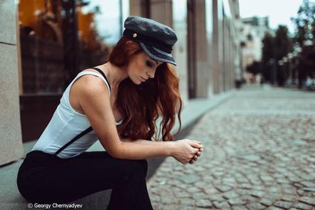 Фото Девушка сидит у дороги, фотограф Георгий Чернядьев