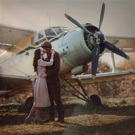 Фото Парень с девушкой стоят перед самолетом, фотограф Ирина Джуль