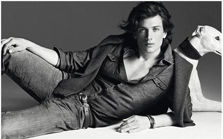 Фото Фотомодель Мэтт Кланан (Matt Clunan) рекламирует джинсы фирмы Trussardi