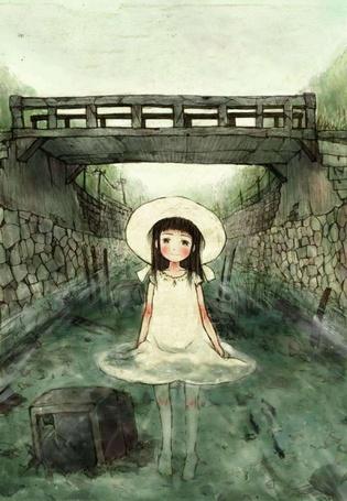 Фото Девочка в белом платье и шляпке стоящая в воде, недалеко от моста