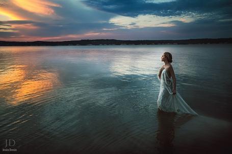 Фото Девушка стоит в воде, ву Jessica Drossin