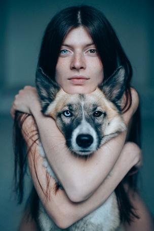 Фото Девушка обнимает пса, у обоих разные глаза