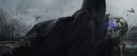 Фото Человек в черном плаще высасывает остатки жизни из скелета