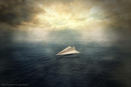 Фото Бумажный самолет на воде, ву Evenliu Photography