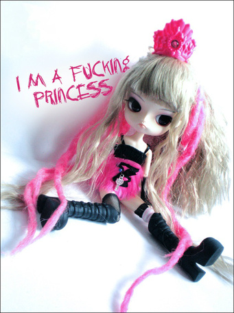 Фото Длинноволосая кукла в короне, капризная принцесса