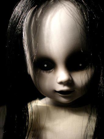 Фото Страшное кукольное личико с высоким лбом