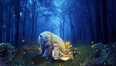 Фото Ребенок сидя на полянке, в лесу рядом с животными, листает страницы книги, by Leebo zing ddh
