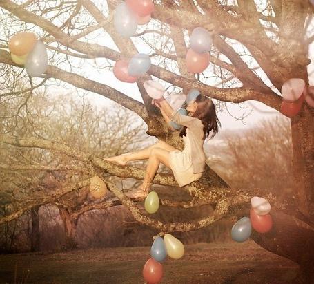 Фото Девушка сидит на украшенном воздушными шариками дереве, ву Bella Kotak Photography