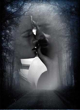 Фото На фоне просвета над лесной дорогой силуэты двух влюбленных, мужчины и женщины