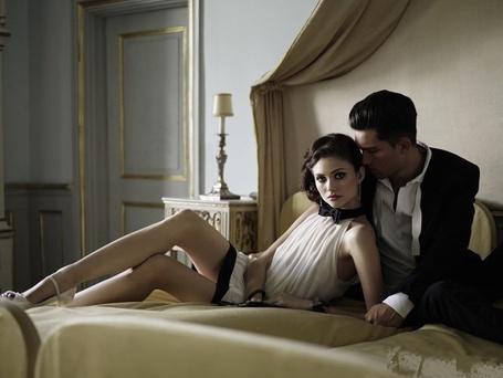 Фото Женщина полулежит на кровати оперлась на мужчину, который сидит рядом, фотограф Rasmus Mogensen