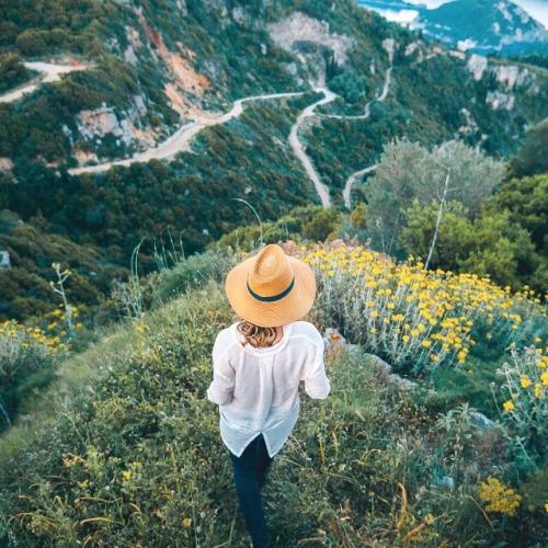 Фото Девушка в шляпе стоит на фоне природы