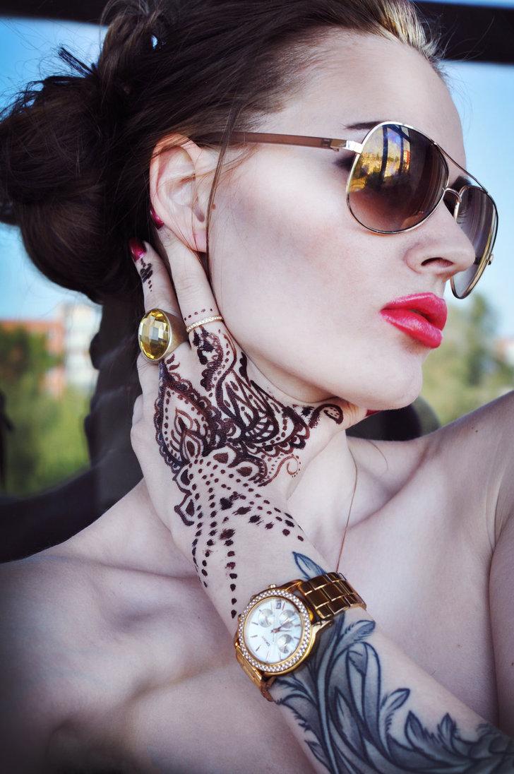 Фото Девушка в украшениях и татту на руке: http://photo.99px.ru/photos/205467