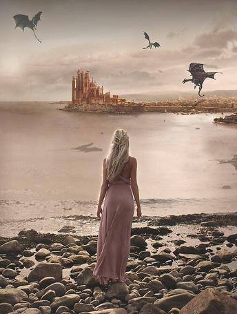 Фото Девушка в образе Матери Драконов, смотрит на трех драконов и замок