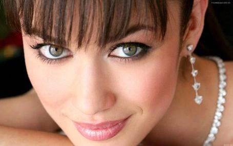 Фото Французская актриса и модель Ольга Куриленко мило улыбается, на шее к нее бусы