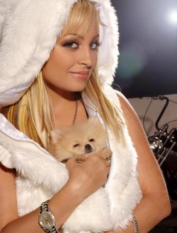 Фото Девушка блондинка с улыбкой на лице в руках собачка
