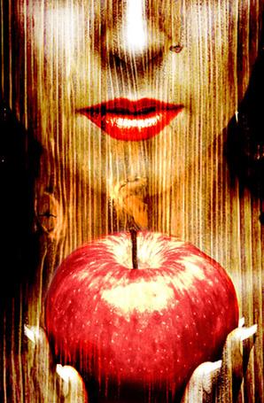 Фото Лицо девушки, в текстуре дерева, в руках яблоко