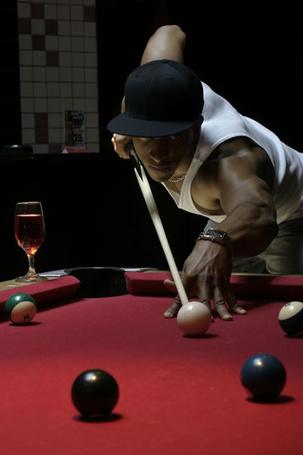 Фото Темнокожий мужчина играет в бильярд