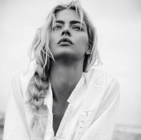 Фото Девушка в белой рубашке