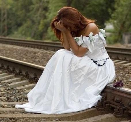 Фото Невеста плачет, сидя на рельсах