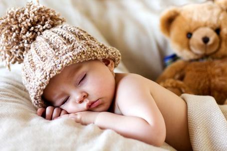 Фото Спящий ребенок в шапочке
