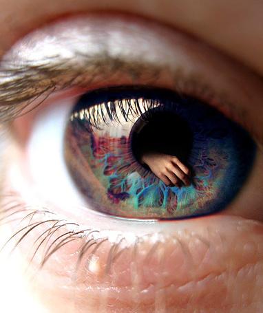 Фото В глазе человека видна рука, by Cestica