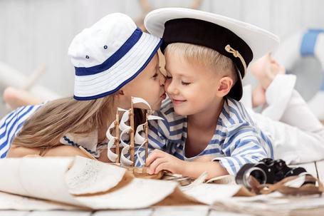 Фото Девочка целует мальчика