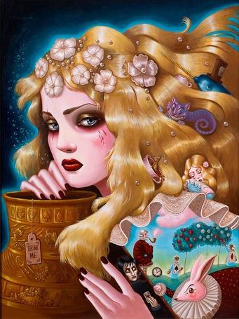Фото Грустная девушка с длинными волосами и голубыми глазами с вазой в руках