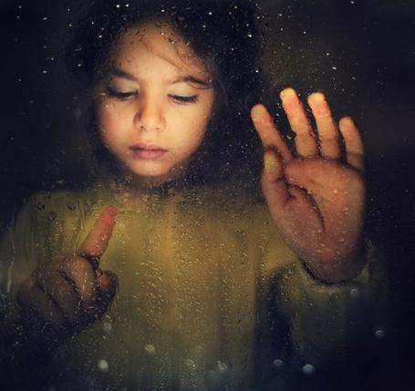 Фото Девочка за стеклом в каплях от дождя, фотограф Slavina Bahchevanova