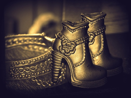 Фото Игрушечная обувь и ремешек в восточном стиле
