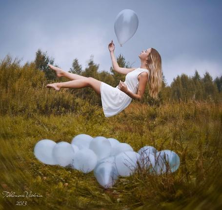 Фото Девушка парит в воздухе с воздушным шаром в поле, фотограф Викуля Тихонова
