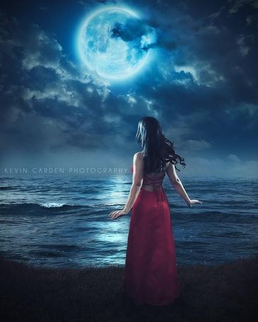 Фото Девушка стоит у моря на фоне ночного неба с полной луной, ву Kevin Carden