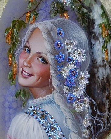 Фото Красивая голубоглазая девушка с цветами в волосах и улыбкой на губах