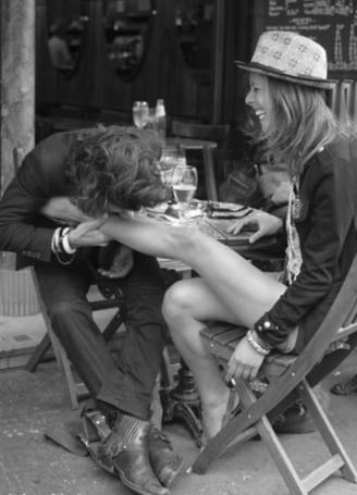 Фото Парень целует девушке ножку, фотограф Хельмут Ньютон