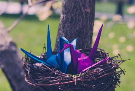 Фото Бумажные журавлики в гнезде