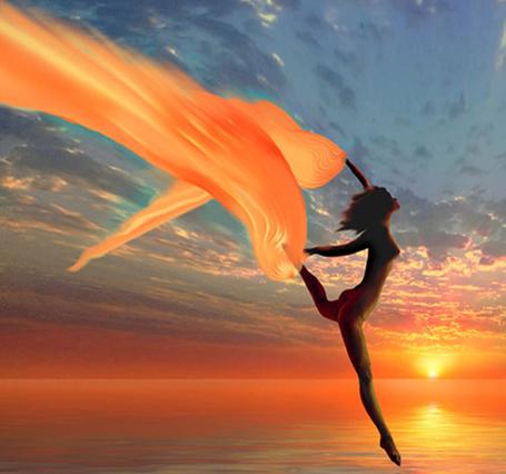 Фото Девушка бежит по дорожке света на глади морской воды к солнцу, уходящему за горизонт на закате дня, работа Я - оранжевая чайка на волне, художник Игорь Зенин