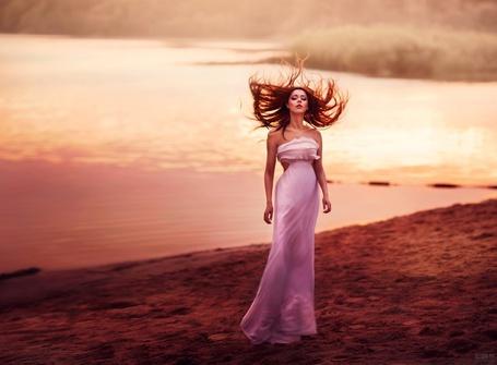 Фото Девушка в розовом длинном платье с развевающимися волосами стоит на берегу водоема, фотограф Светлана Беляева