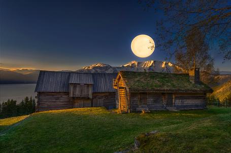 Фото Старые дома на холме под лунным светом