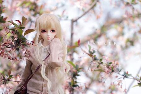 Фото Кукла среди цветущих веток дерева, by Lacker
