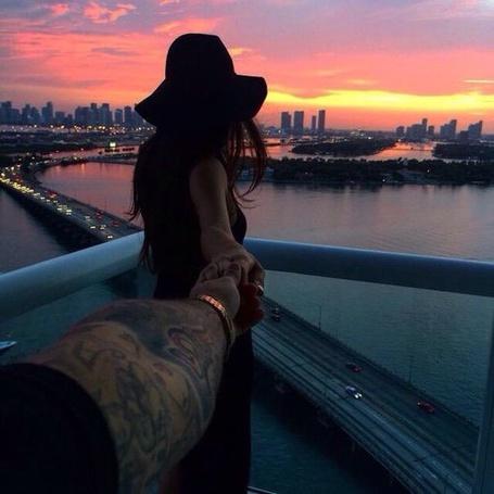 Фото Парень держит девушку за руку